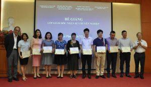 Một khóa học bế giảng hành chính nhân sự tại đại học Kinh Tế